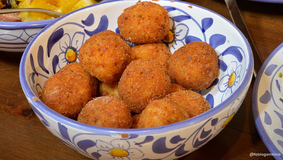 Arancini al sugo (Rice croquettes with stuffing and sauce)