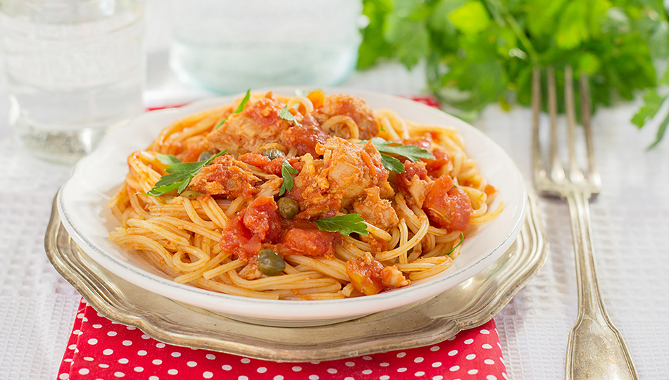 Pasta with tuna and caper leaves